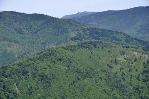 緑の山地と五丈岩の写真素材 [FYI03157237]