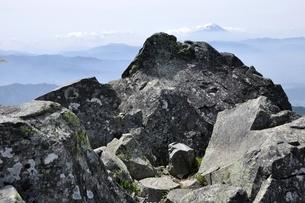 乾徳山の山頂より富士山眺望の写真素材 [FYI03157241]