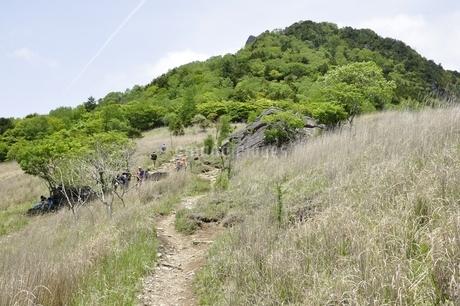 乾徳山と扇平の草原の写真素材 [FYI03157257]