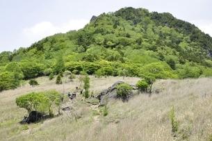 乾徳山と扇平の草原の写真素材 [FYI03157259]