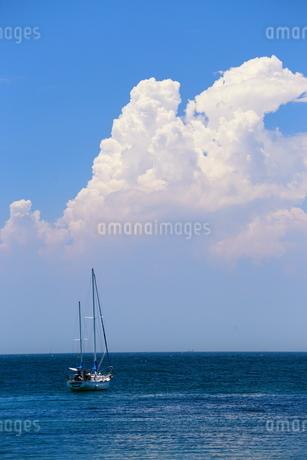雲とヨットの写真素材 [FYI03157373]