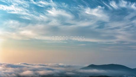 天狗山と雲海  日本 北海道 小樽市の写真素材 [FYI03157541]