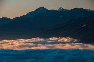霧ヶ峰高原より朝日照らす雲海に浮かぶ南アルプスの写真素材 [FYI03157893]