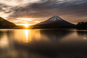 精進湖 の写真素材 [FYI03157911]
