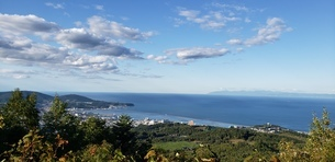 峠から見る半島と海と空の写真素材 [FYI03158271]