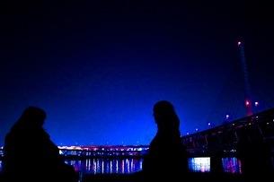 夜景とカップルの写真素材 [FYI03159153]