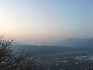 夕焼けと街並みの写真素材 [FYI03159403]