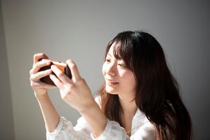 スマホを見ている女性の写真素材 [FYI03159410]