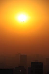 サンパウロの夕景と飛行機の写真素材 [FYI03159567]