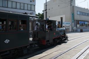 松山市内を 走行する 坊ちゃん列車の写真素材 [FYI03159571]