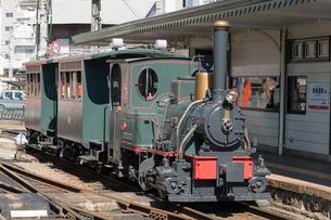 道後温泉駅で 客待ちを行う 坊ちゃん列車の写真素材 [FYI03159594]