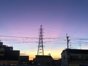 夕日と電線の写真素材 [FYI03159852]