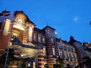 夜の東京駅の写真素材 [FYI03159950]