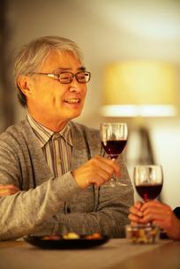 ワインを飲むシニア男性の写真素材 [FYI03159952]