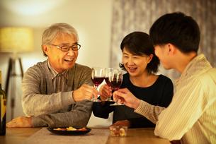 ワインで乾杯をする親子の写真素材 [FYI03159963]