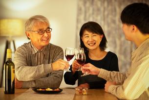 ワインで乾杯をする親子の写真素材 [FYI03159964]