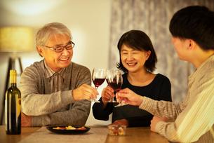 ワインで乾杯をする親子の写真素材 [FYI03159965]