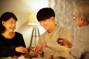 日本酒で晩酌をする親子の写真素材 [FYI03159986]