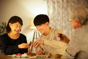 日本酒で晩酌をする親子の写真素材 [FYI03159988]
