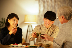 日本酒で晩酌をする親子の写真素材 [FYI03159989]
