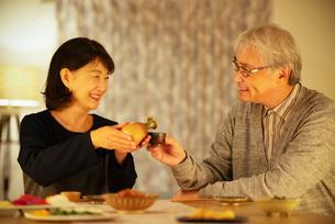 日本酒で晩酌をするシニア夫婦の写真素材 [FYI03159995]