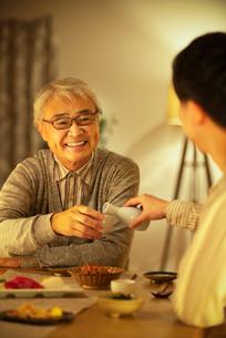 日本酒で晩酌をする親子の写真素材 [FYI03160014]