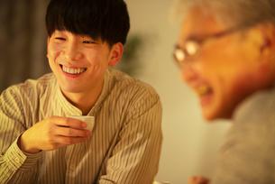 日本酒で晩酌をする親子の写真素材 [FYI03160019]