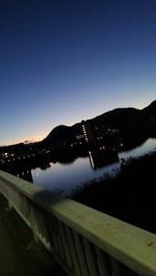 朝方の山と川の写真素材 [FYI03160051]