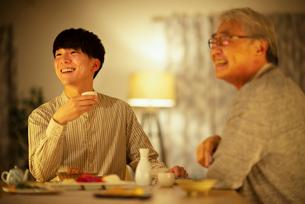 日本酒で晩酌をする親子の写真素材 [FYI03160057]