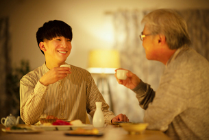 日本酒で晩酌をする親子の写真素材 [FYI03160058]