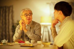 日本酒で晩酌をする親子の写真素材 [FYI03160064]
