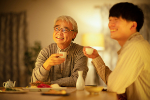日本酒で晩酌をする親子の写真素材 [FYI03160065]