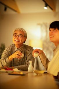 日本酒で晩酌をする親子の写真素材 [FYI03160067]