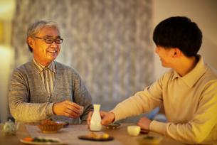 日本酒で晩酌をする親子の写真素材 [FYI03160080]