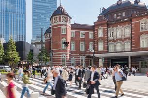 東京駅と歩行者の写真素材 [FYI03160180]