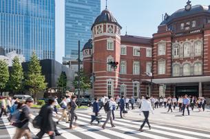 東京駅と歩行者の写真素材 [FYI03160181]