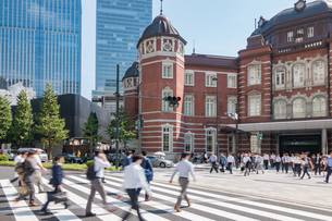 東京駅と歩行者の写真素材 [FYI03160182]