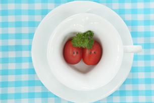 顔のあるかわいいミニトマトのカップルとパセとハートのカップの写真素材 [FYI03160188]