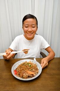 焼きそばを食べる女の子の写真素材 [FYI03160263]