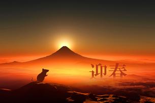 富士山の日の出とネズミのシルエットのイラスト素材 [FYI03160450]