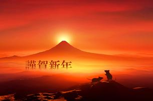 富士山の日の出とネズミのシルエットのイラスト素材 [FYI03160462]