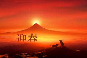 富士山の日の出とネズミのシルエットのイラスト素材 [FYI03160463]