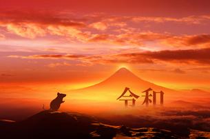 富士山の日の出とネズミのシルエットのイラスト素材 [FYI03160477]