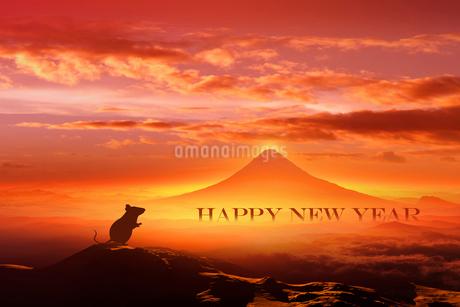 富士山の日の出とネズミのシルエットのイラスト素材 [FYI03160478]