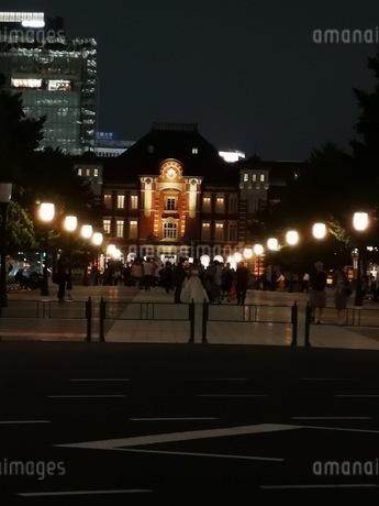 夜の東京駅に続く道の写真素材 [FYI03160669]