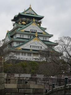 雄大に聳え立つ大阪城の写真素材 [FYI03160814]