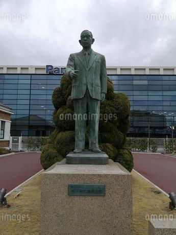 松下電器産業の創立者松下幸之助の銅像の写真素材 [FYI03160822]
