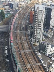 仙台の高層ビルから新幹線はやぶさ・こまちを見下ろすの写真素材 [FYI03160829]