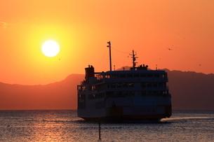 朝陽とフェリーの写真素材 [FYI03160836]