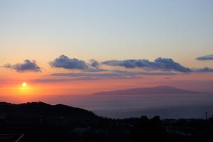 大島と朝陽の写真素材 [FYI03160838]
